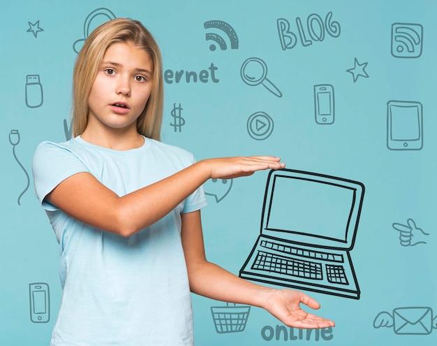 Симпатичная молодая девушка держит каракули ноутбук