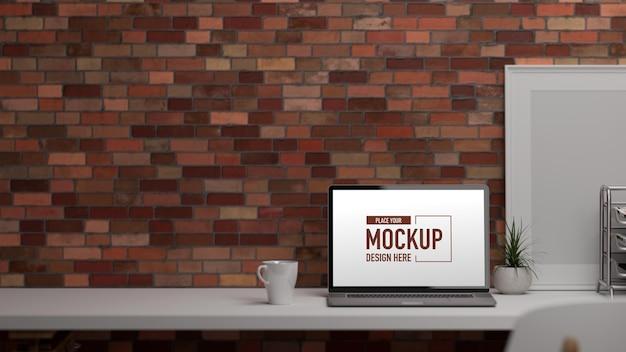 노트북과 d 렌더링 사무실 책상은 테이블에 장식 및 복사 공간을 제공합니다