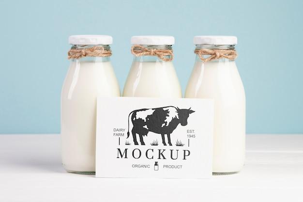Молочный макет с молочными бутылками и заполнителем