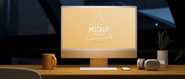 明るい3dレンダリングの下で古典的な木製のテーブルの暗いオフィスルーム黄色のコンピューターのモックアップ