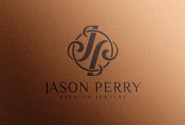 Мокап с тисненым черным логотипом на коричневой бумаге