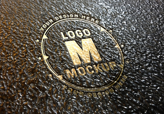Золотой логотип с логотипом debossed на кожаной поверхности