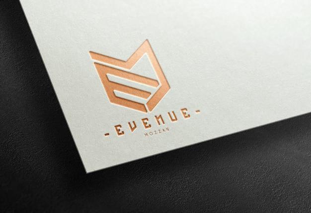 브론즈 포일이있는 흰색 종이에 새겨진 로고 모형