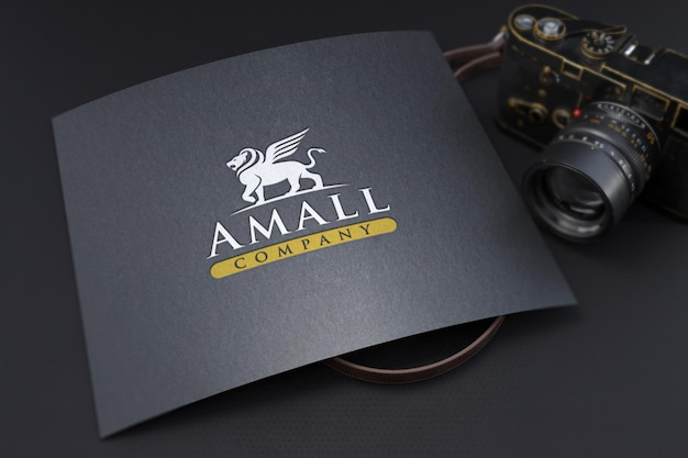 Макет тисненого логотипа на фактурной черной бумаге