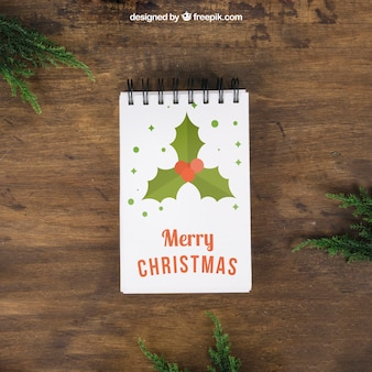 メモ帳とミドリと装飾的なクリスマスモックアップ