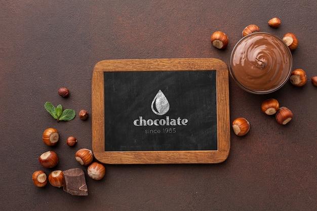 黒板のモックアップとおいしいチョコレート