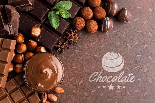 茶色の壁紙のモックアップとおいしいチョコレート