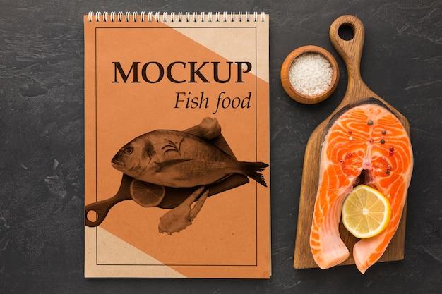 ビューの上のおいしい魚料理の配置