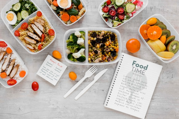 Вкусные блюда и макет ноутбука