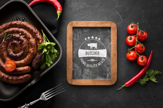 Deliziosi prodotti a base di carne con lavagna mock-up