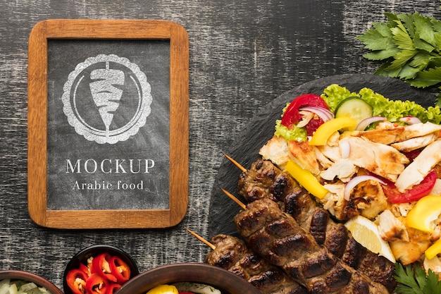 Вкусный макет мясных шашлыков и овощи