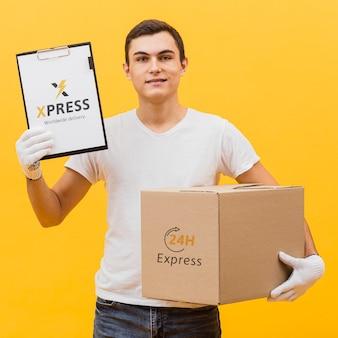 Доставка человек, держащий макет посылки и буфера обмена