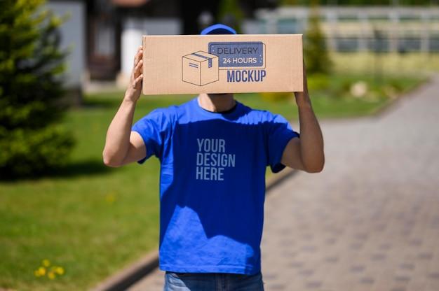 Uomo di servizio di consegna con scatola mock-up