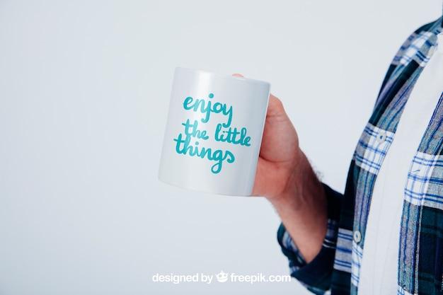 Design di modellare con tazza di caffè