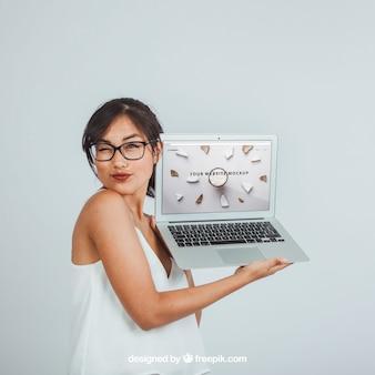 Дизайн макета с подмигивающей женщиной и ноутбуком Бесплатные Psd