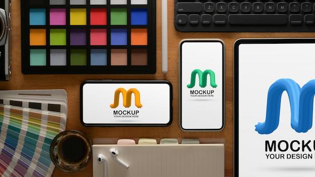 デジタルデバイスとペイントツールのモックアップを備えたデザイナーワークスペース