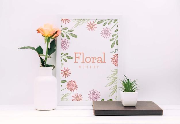 花の装飾とフレームのモックアップを備えたデスク構成