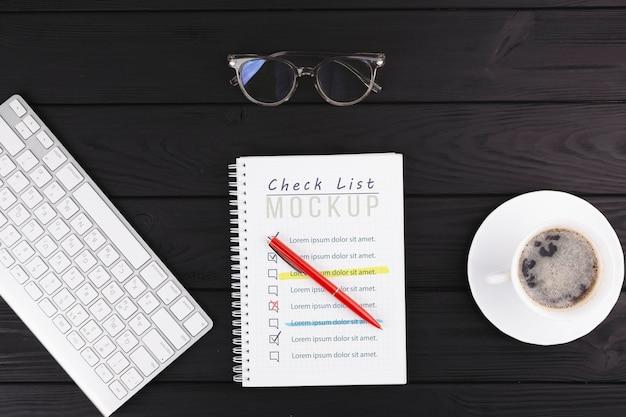 Concetto di scrivania con tastiera e caffè