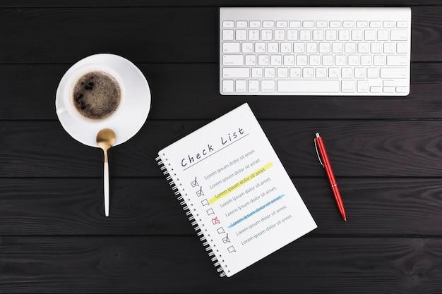 Concetto di scrivania con notebook e tastiera
