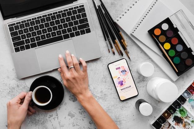 노트북으로 회화 예술가의 책상