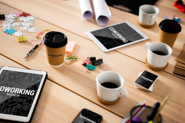 オフィスでの近代的なデバイスとデスク