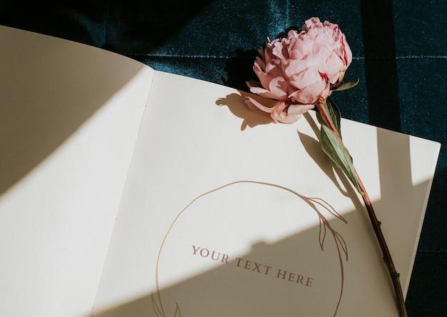 ピンクの牡丹サラ・ベルナールと日記のモックアップ