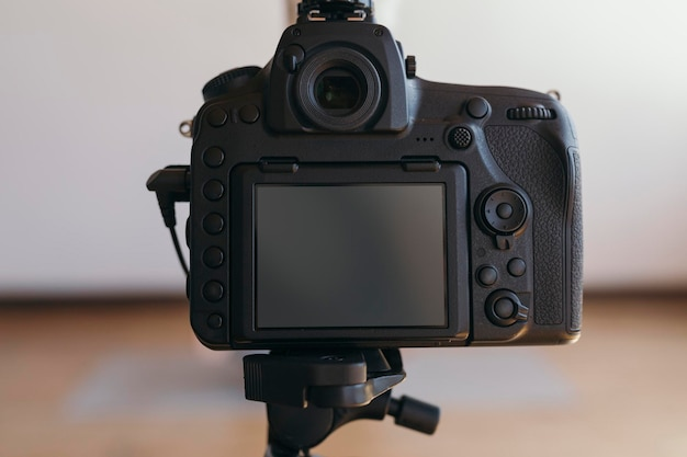 스튜디오에서 삼각대에 디지털 카메라