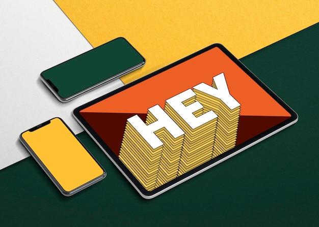Mockup di schermo del dispositivo digitale con tablet, computer portatile e telefono