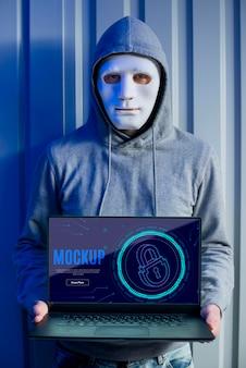 디지털 보안 및 마스크를 가진 사람