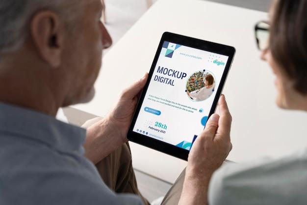 Цифровая концепция пожилых людей с макетом устройства