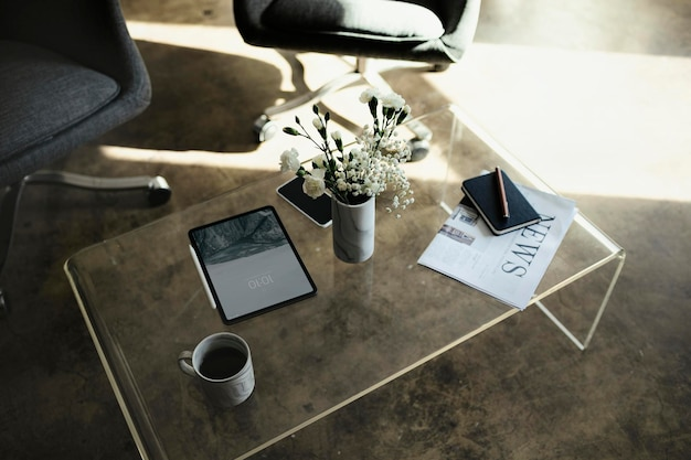 白いカーネーションの花の花瓶によるデジタルタブレットのモックアップ