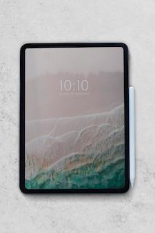 白い大理石の背景にデジタルタブレットのモックアップ