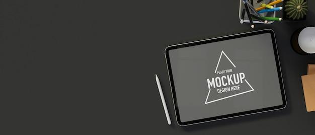 Цифровой планшет с макетным экраном на темном столе с принадлежностями и копией пространства, 3d-рендеринг, 3d-иллюстрация