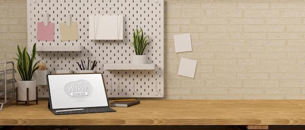 木製のテーブルにモックアップ画面とキーボードを備えたデジタルタブレット
