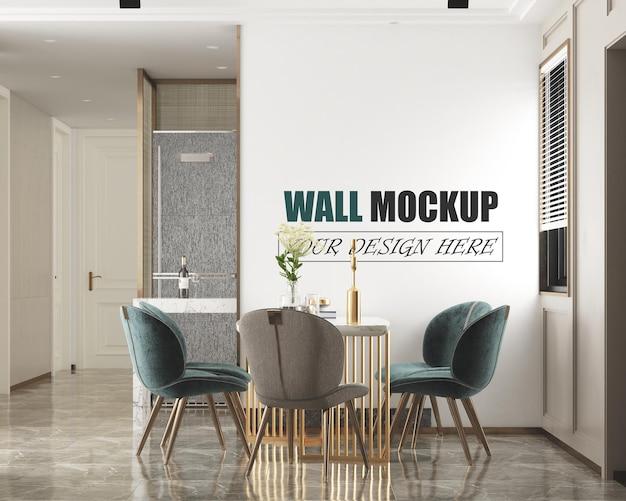 В столовой стоит обеденный стол возле окна, макет стены