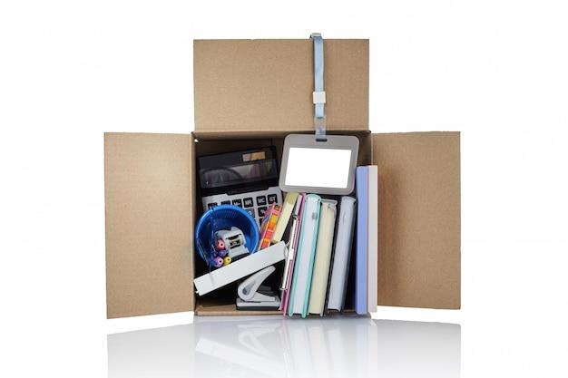 Увольнение. коробка с канцелярскими товарами. картонная коробка, полная офисных вещей.