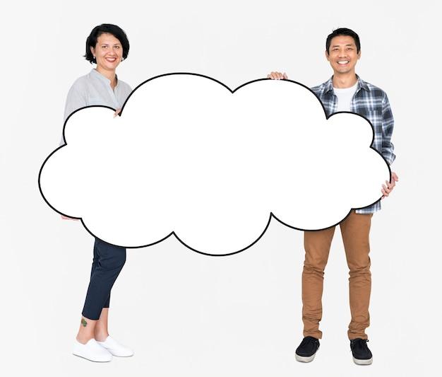 空白の白い雲を示す多様な人々