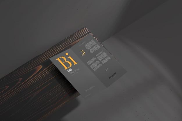 Dlサイズの2つ折りパンフレットのモックアップ