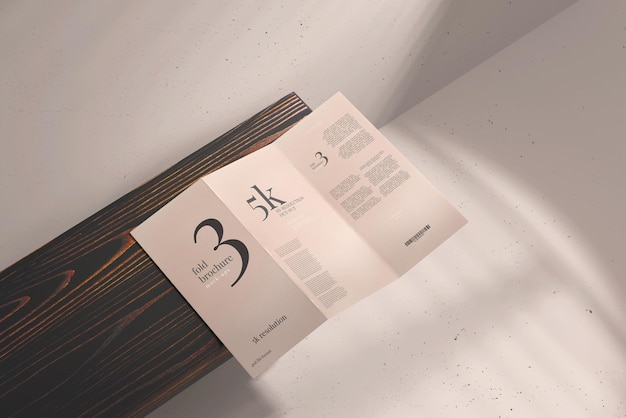 Dlサイズの3つ折りパンフレットのモックアップ