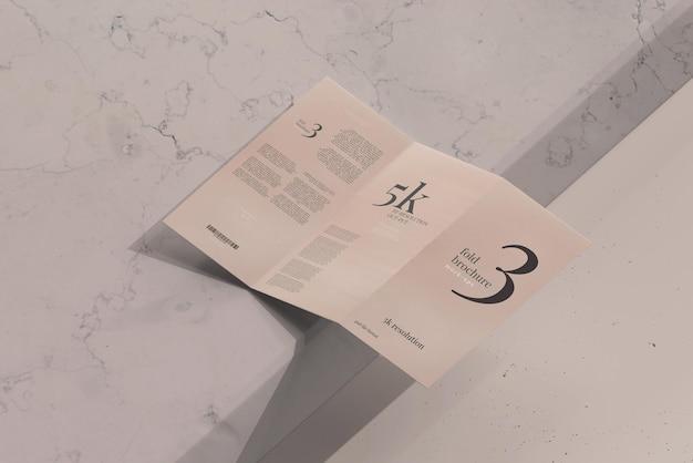 Мокап брошюры trifold размера dl