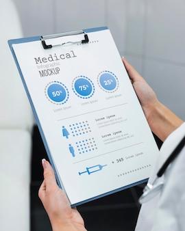 Medico che tiene il modello di appunti
