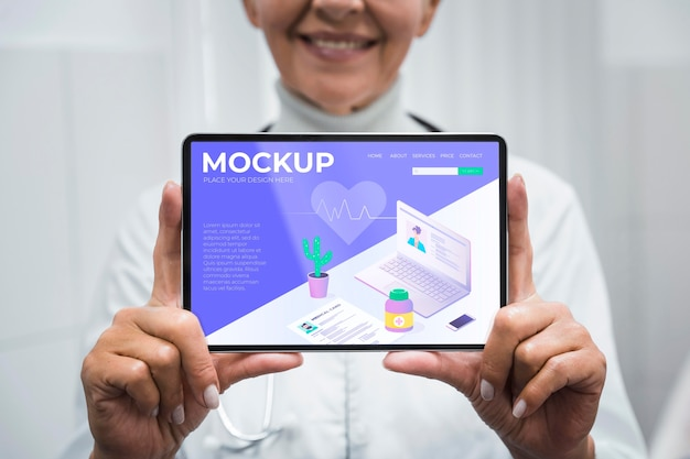 Medico tenendo il tablet mock-up