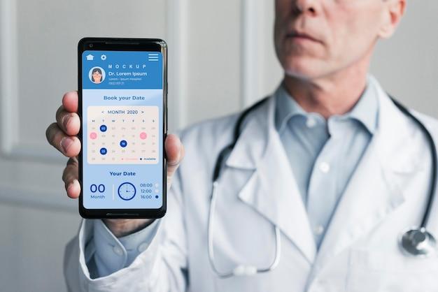 医師のヘルプラインと聴診器を持つ医師