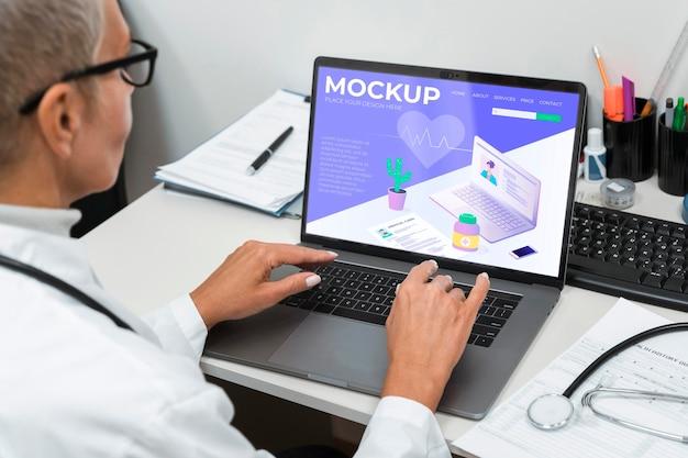 ノートパソコンのモックアップを使用している医師