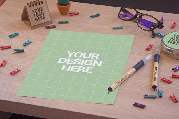 책상에 문서 모형