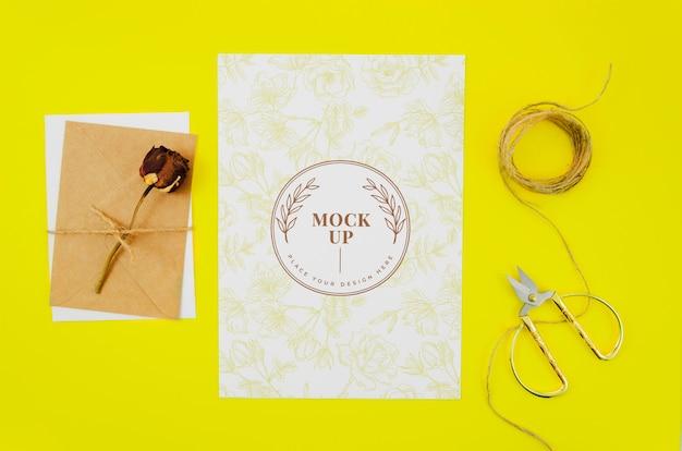Rosa appassita su lettere botaniche mock-up