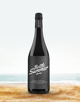 夏のビーチのモックアップでボトルを飲む