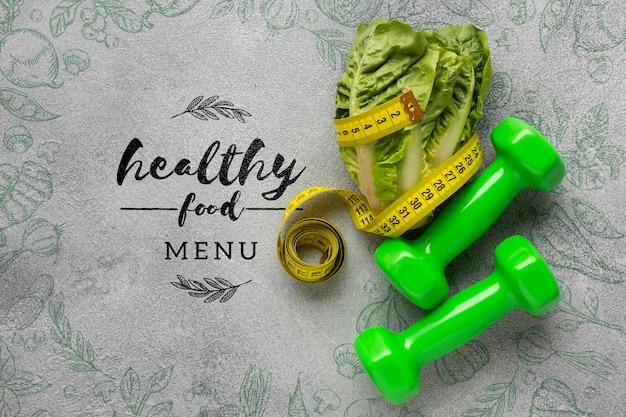 Гантели и салат с концепцией меню здоровой пищи