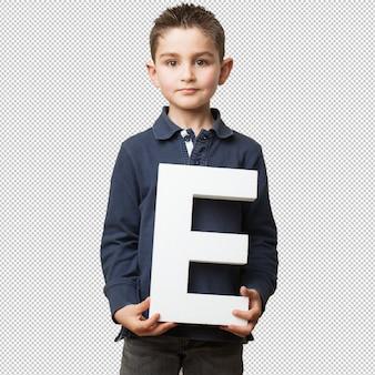 「e」の手紙を保持している小さな子供