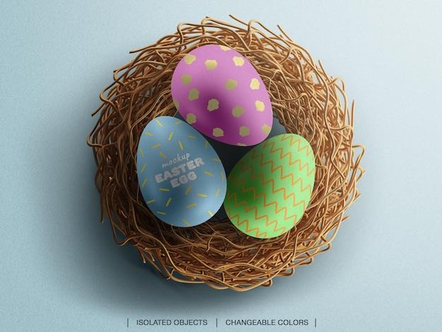 Макет концепции дня пасхи с украшением яиц для гнезд, создатель сцены вид сверху изолирован